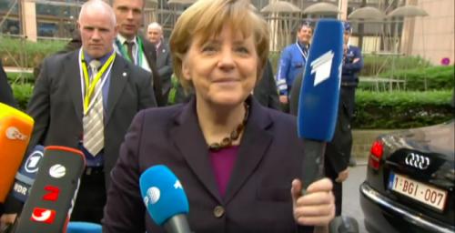 """""""მოამბის"""" მიკროფონი და ანგელა მერკელი - კადრი ევროკავშირის საბჭოს ვიდეოდან"""