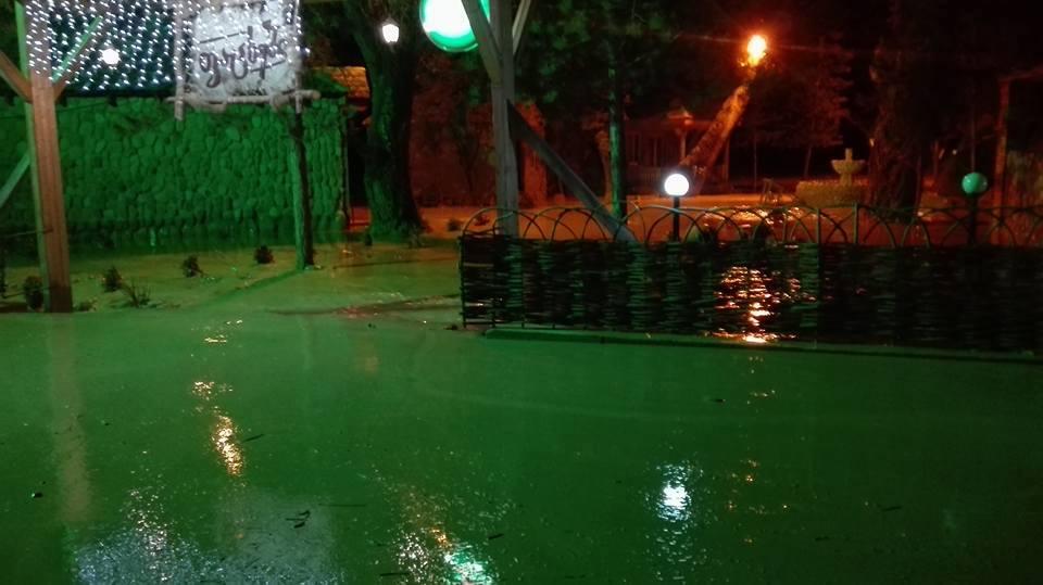 ბაკურციხე-საგარეჯოსსაავტომობილო გზაზე წვიმის შემდეგ მოსულმა ნიაღვარმა მოძრაობა შეაფერხა
