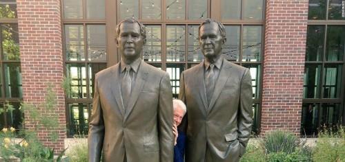 CNN-ის დღის ფოტო - ბილ კლინტონი ჯორჯ ბუშის ქანდაკების უკან იმალება