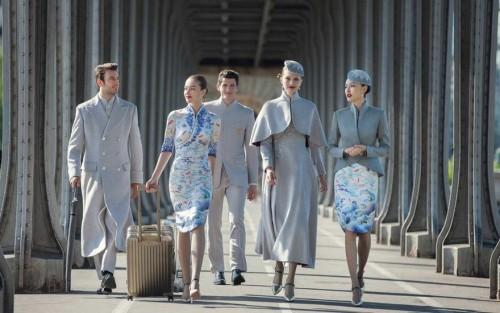 ჩინეთის ავიაკომპანიამ თანამშრომლები მოდურად შემოსა - ფოტოები