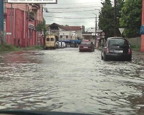 ძლიერი წვიმის გამო, ფოთის ცენტრალური ქუჩები დაიტბორა (ფოტოები)