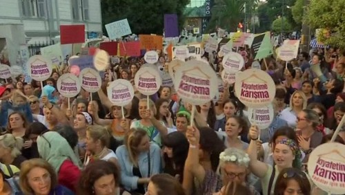 """""""ნუ შეეხები ჩემს ჩაცმულობას"""" - ქალების მარში თურქეთში [ვიდეო]"""