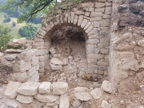 სოფელ ვაშლობში შუა საუკუნეების ტაძრის ნანგრევები აღმოაჩინეს