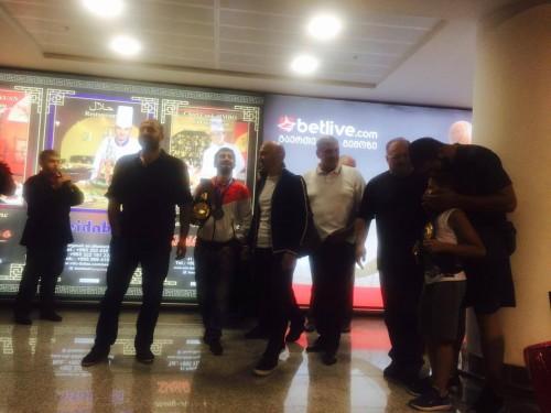 საქართველოს თავისუფალი სტილით მოჭიდავეთა ნაკრებს გულშემატკივრები აეროპორტში დახვდნენ