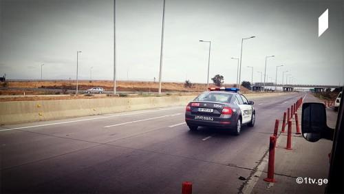 რუსთავი-თბილისის ტრასაზე საცობია - პოლიციას გზა აქვს გადაკეტილი [ფოტოები]