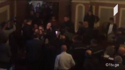 ელენე ხოშტარიას საკრებულოს სხდომა სამართალდამცავების დახმარებით დაატოვებინეს [ვიდეო]