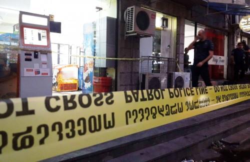 თვითმხილველების ცნობით, ტაშკენტის ქუჩაზე, სადაც ყაჩაღობა მოხდა, თავდამსხმელმა იარაღიდან სამჯერ გაისროლა