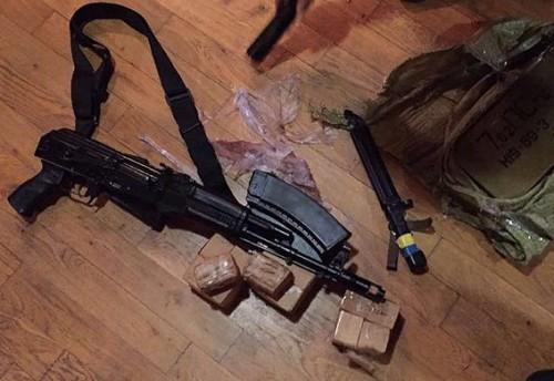 უკრაინაში საზღვრის უკანონო გადაკვეთის საქმის ერთ-ერთი მონაწილის ბინაში პოლიციამ იარაღი და საბრძოლო მასალა აღმოაჩინა