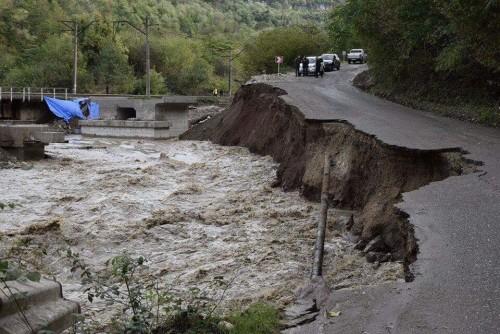 ხარაგაულში, მდინარე ჩხერიმელამ ცენტრალური გზა დააზიანა