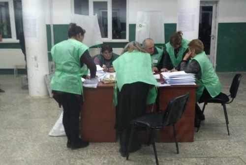 კასპში, ერთ-ერთ საარჩევნო უბანთან სამართალდამცველები არიან მობილიზებული