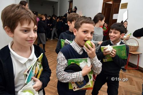 """""""ალუბალსაც თუ მოიტანენ, უფრო კარგი იქნება"""" - პირველ გიმნაზიაში ვაშლები დაარიგეს [ფოტო/ვიდეო]"""