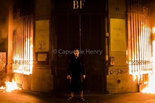 რუსმა მხატვარმა პიოტრ პავლენსკიმ საფრანგეთის ბანკის შენობა დაწვა