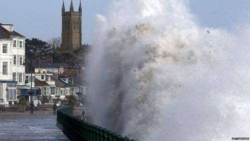 """ქარიშხალ """"ოფელიას"""" დიდ ბრიტანეთში სამი ადამიანი ემსხვერპლა"""