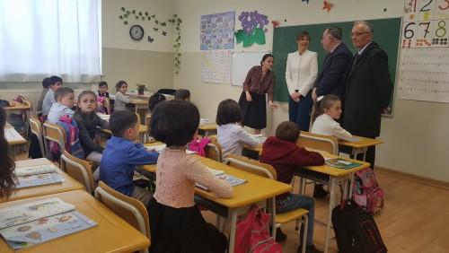 ესტონეთის პრეზიდენტი წეროვნის დევნილთა დასახლებაში მდებარე საჯარო სკოლას ესტუმრა